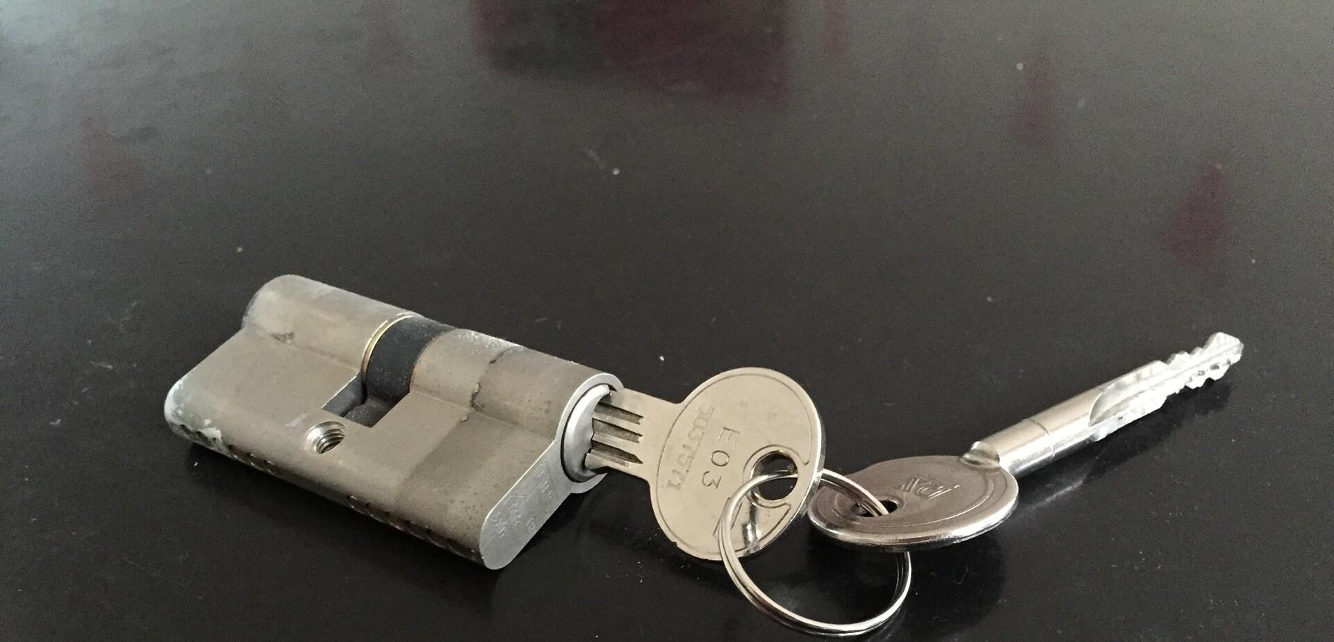 remplacer une serrure cylindre pour les makers. Black Bedroom Furniture Sets. Home Design Ideas