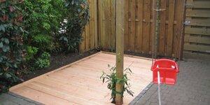 Een verhoogd plankenterras in de tuin