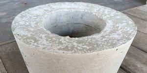 Een bloempot van beton maken