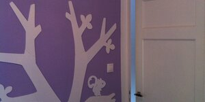 Un arbre dans une chambre d'enfant