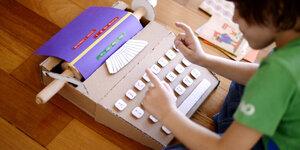 Een typmachine uit karton