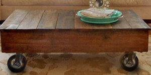 Table de salon en bois d'échafaudage, sur roulettes