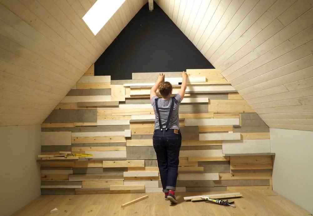 Wandbekleding van steigerhout plaatsen voor de makers