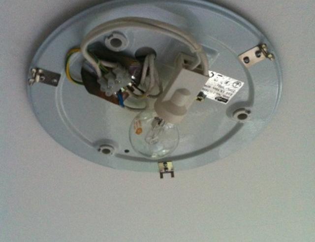 Lamp Woonkamer Plafond : Lamp aan plafond hangen brico voor de makers