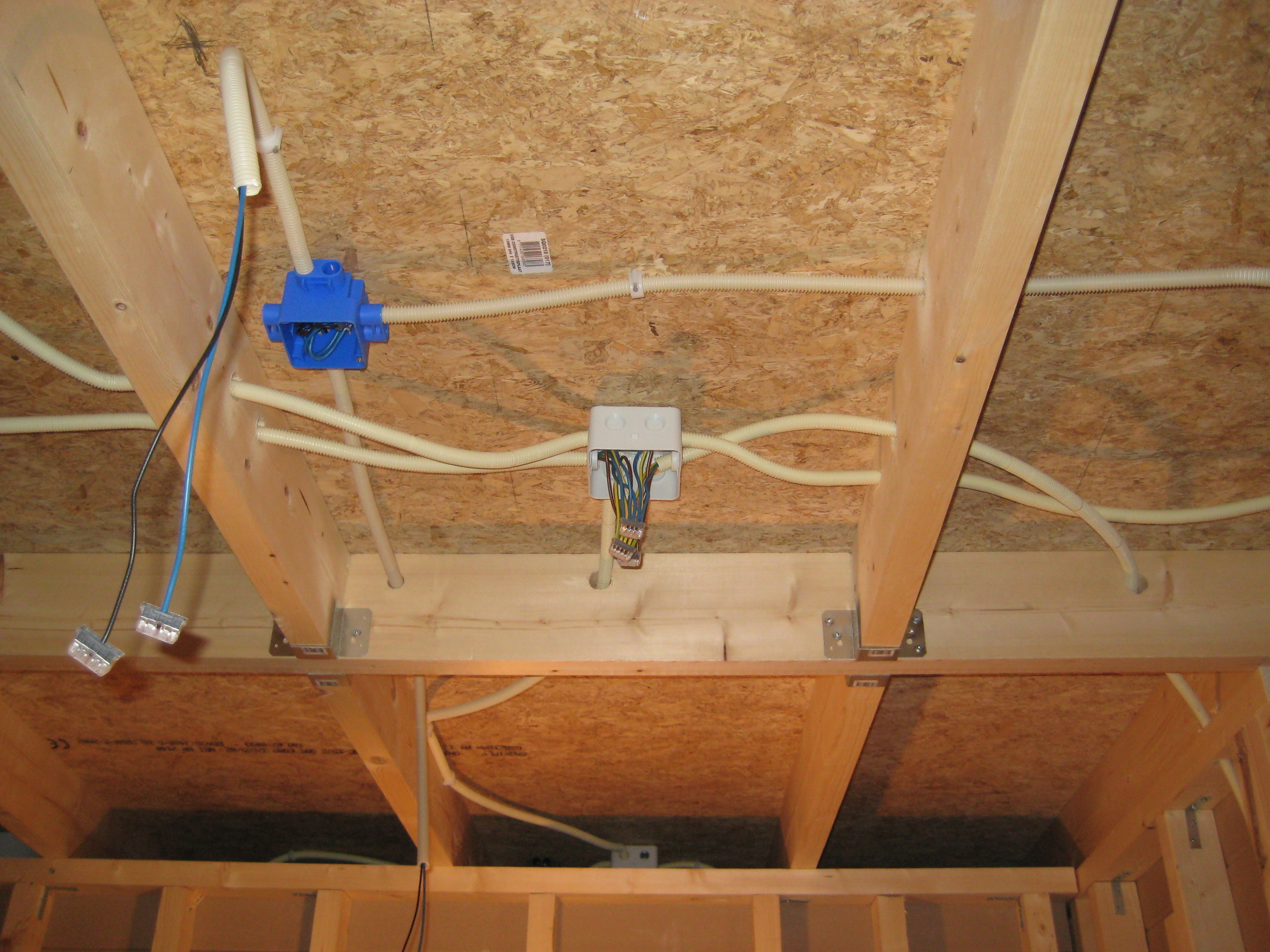 Inbouwspots in plafond maken - Brico | Voor de makers