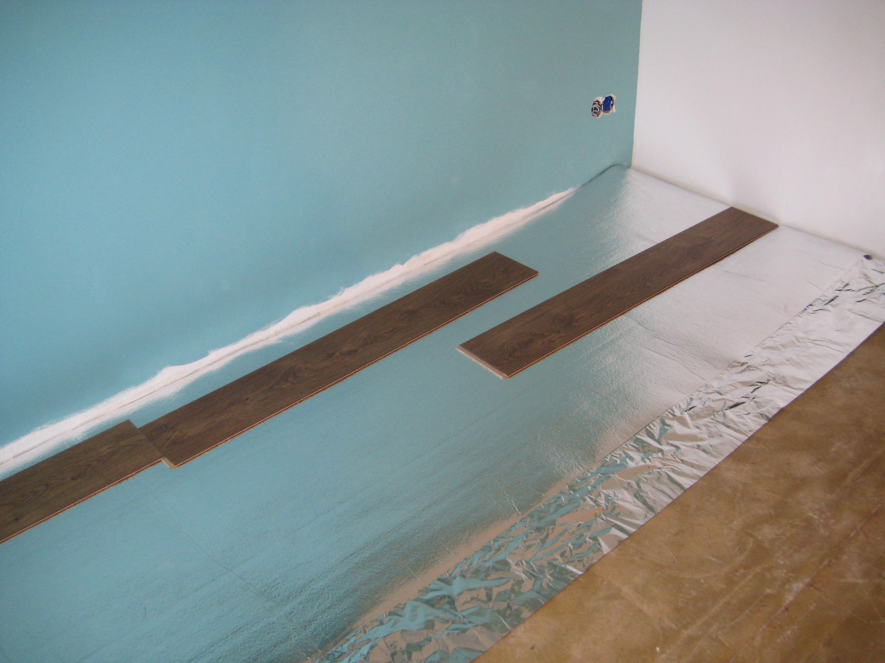een laminaatvloer plaatsen voor de makers