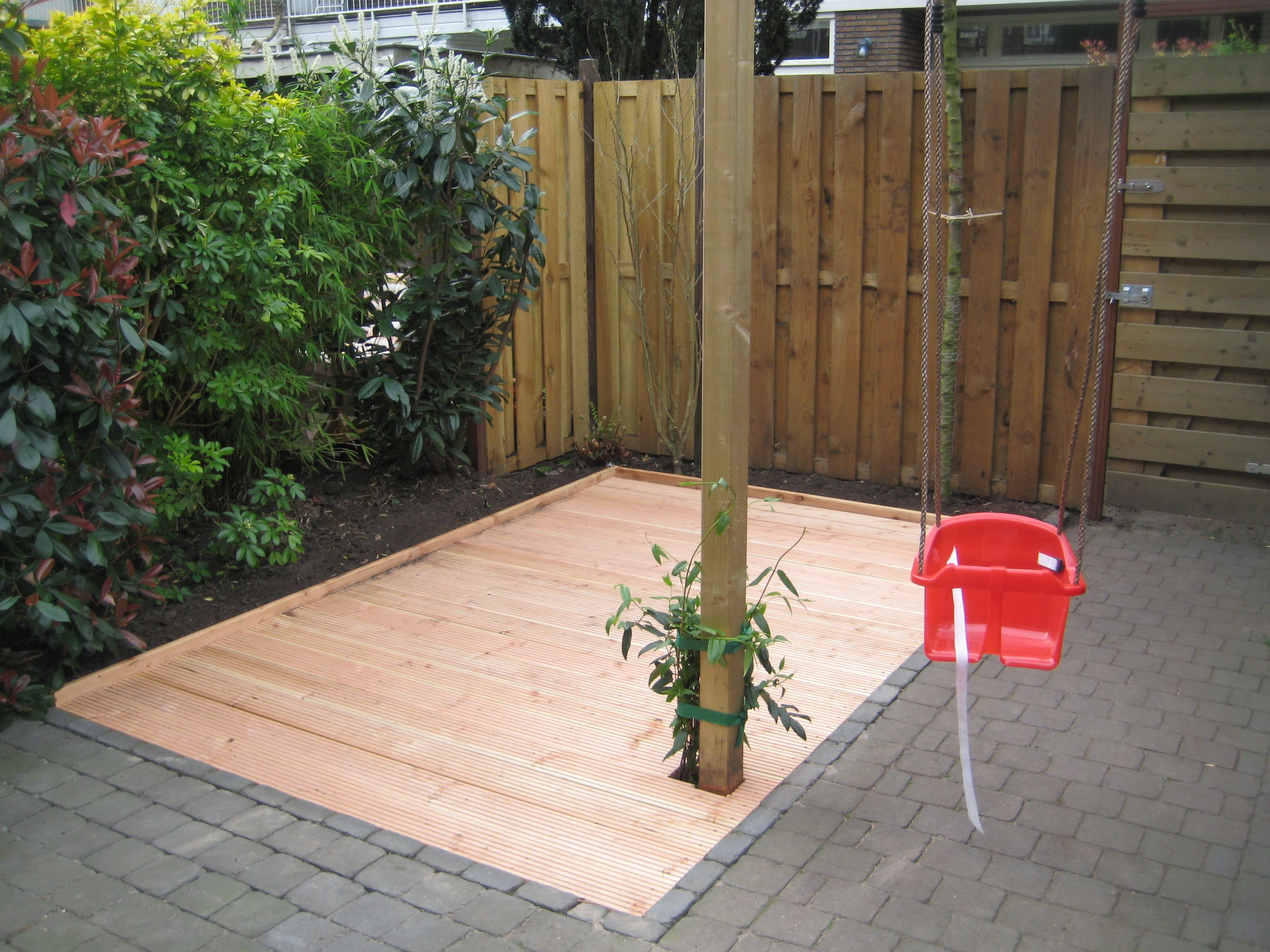 Tuin Met Tegels : Een verhoogd plankenterras in de tuin brico voor de makers