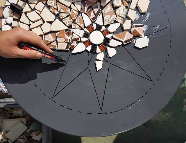 Réaliser une table de jardin en mosaïque - Pour les Makers